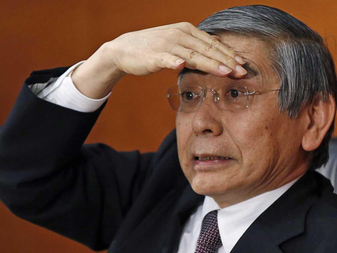kuorda-governor-of-the-bank-of-japan-with-a-baseball-player